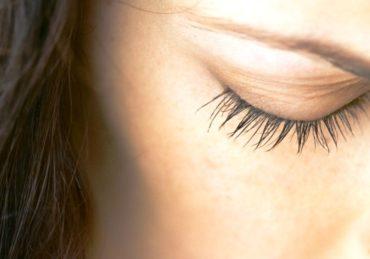 Cara Aman Menyembuhkan Mata Kelilipan dengan Mudah
